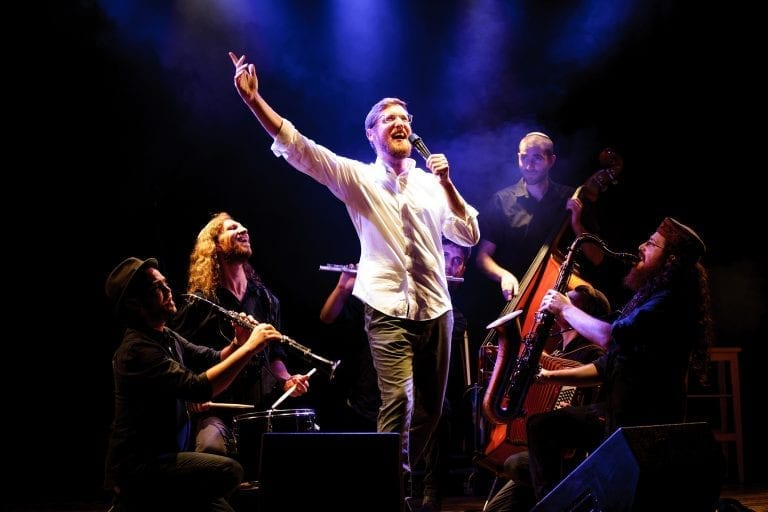 יצחק מאיר והכלייזמרים בהופעה - רקע לוידאו